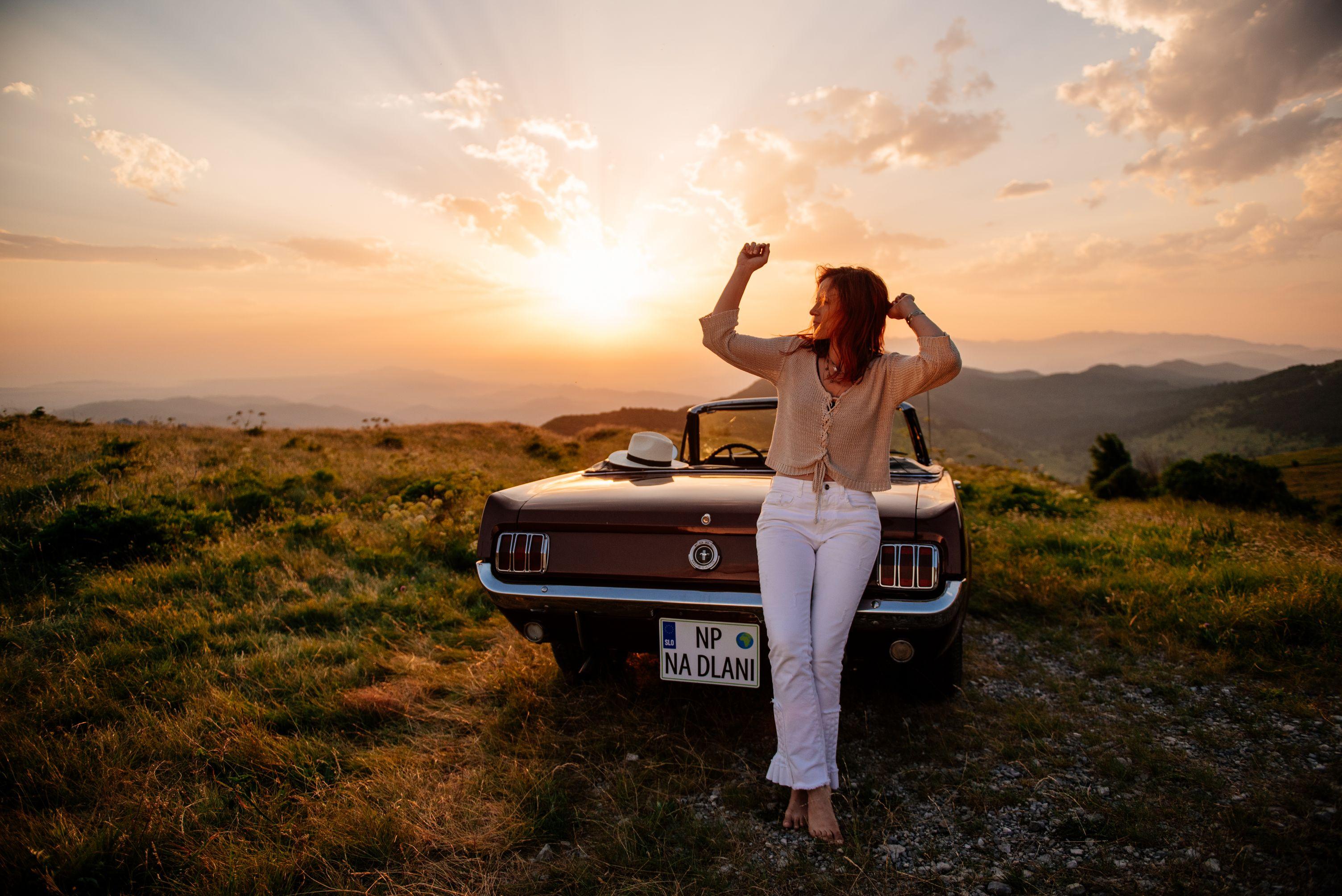 Legendarni Mustang '65 v spotu Svet na dlani Nine Pušlar